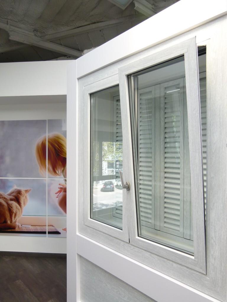 Ventana oscilobatiente carpinteria de aluminio instalum d m for Ventanales de aluminio zona sur