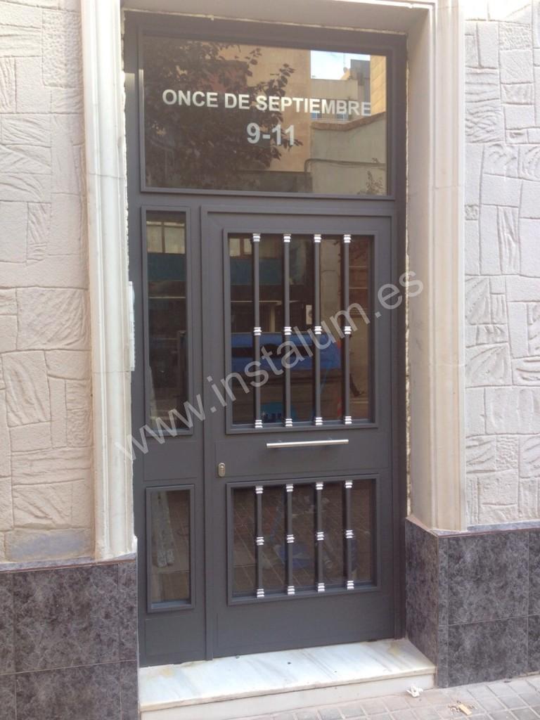 Puertas comunidad aluminio hierro y vidrio for Modelos de puertas de hierro con vidrio