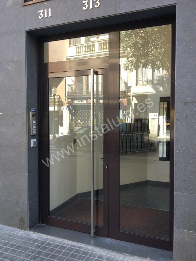 Puertas comunidad aluminio hierro y vidrio for Puerta zaguan aluminio