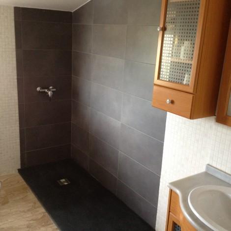 Mampara ducha a medida (techo abuhardillado)